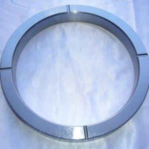 Металлическое кольцо с канавками для прохождения автоматической смазки. Кольцо устанавливается в суппорт бетононасоса. Кольцо служит опорой для уплотнений суппорта, удерживает их в нужном положении. Кольцо суппорта (арт. 1031108) подходит на стационарный и автобетононасосы Сермак.