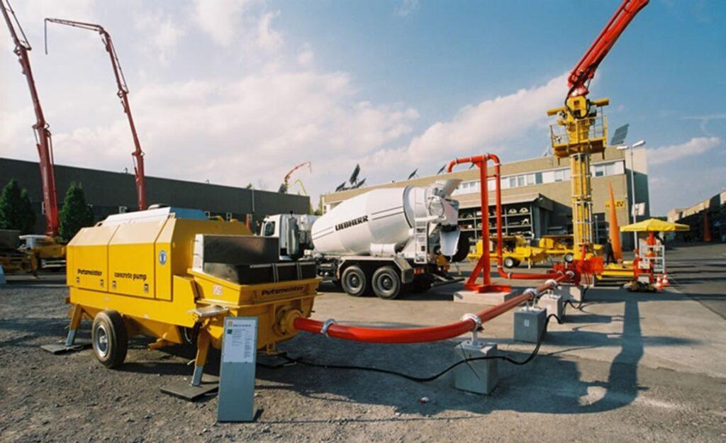 stacionarnyy betononasos v rabote 1024x625 - Чтобы трубы «не горели» или легкий старт бетононасоса